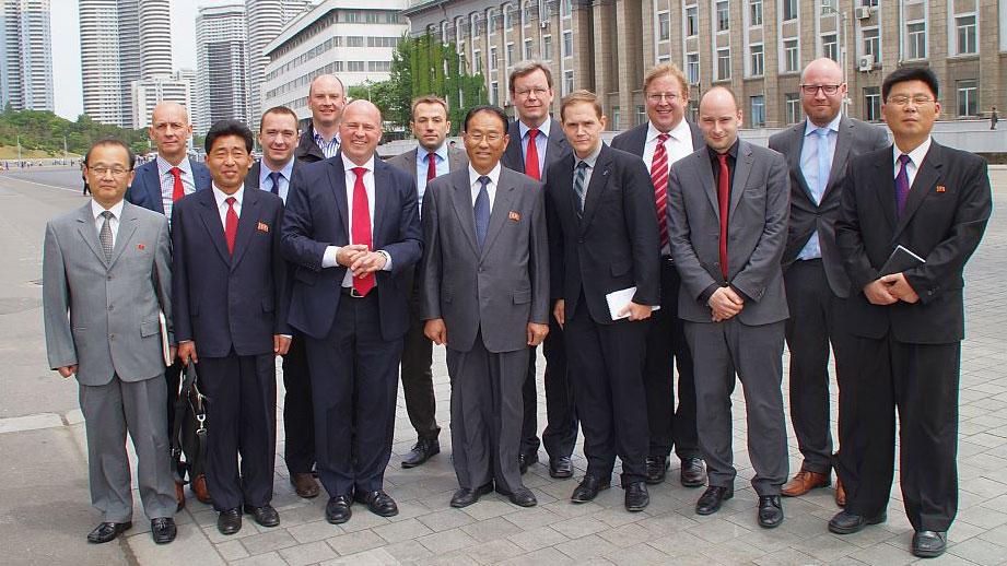 Der Vorsitzende der Deutsch-Koreanischen Parlamentariergruppe des Deutschen Bundestages, Hartmut Koschyk MdB gemeinsam mit Vizeaußenminister Kung Sok Ung (8.v.r.), Botschafter Dr. Thomas Schäfer (9.v.r) und den deutschen Delegationsteilnehmern