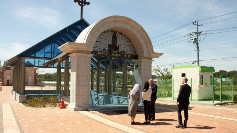 Vor dem Eingang der Fatima Friedenskirche in Korea mit Hartmut Koschyk MdB