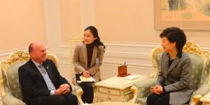Treffen-Präsidentin-Geun-hye-Park-Hartmut-Koschyk-sitzend_klein